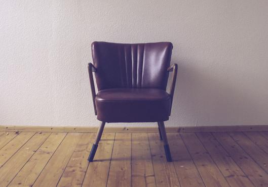 stuhl mit armlehen / armchair